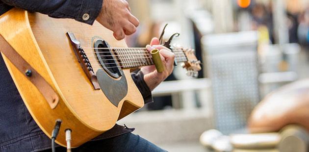 Busking-Guitarist-City-of-Melbourne